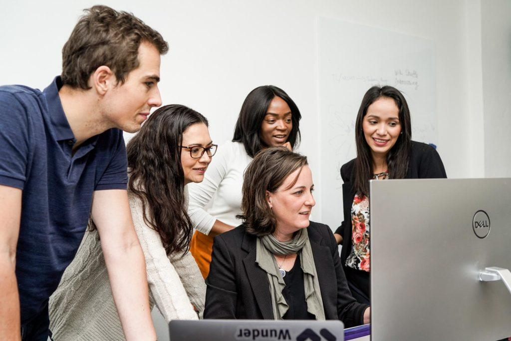 Team Wunder Mobility arbeitet gemeinsam im Büro by Anna Dittrich