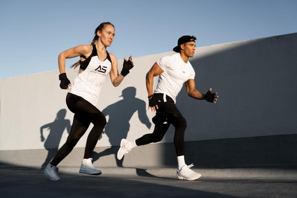 Sportler rennen eine Auffahrt hoch in Gym Kleidung by Anna Dittrich