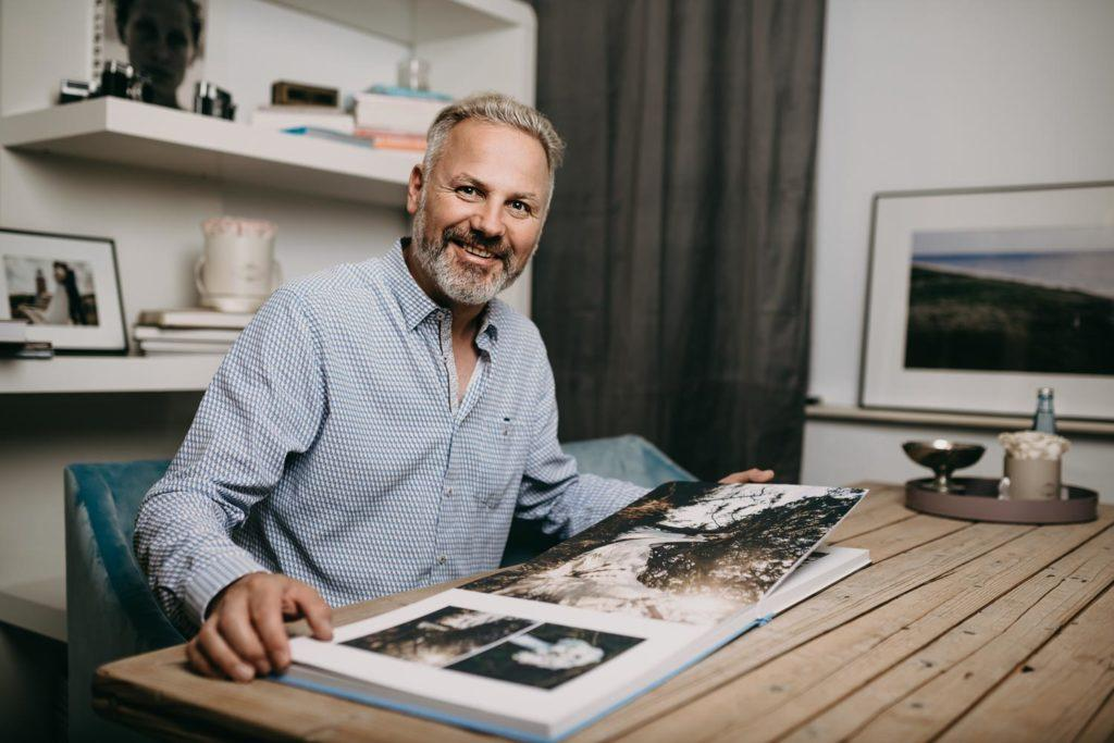 Fotograf Roland Michels in seinem Büro by Anna Dittrich Fotograf