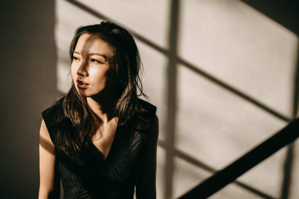 asiatische Frau, Licht und Schatte by Anna Dittrich Fotograf
