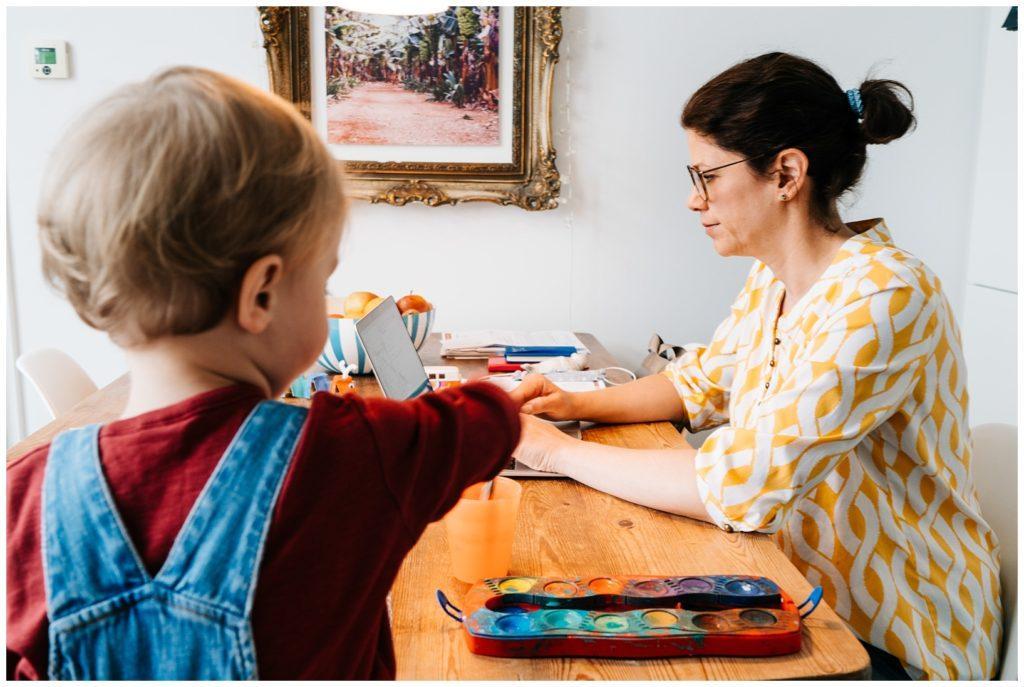 Mutter muss im Homeoffice arbeiten Kind hat keine Betreuung