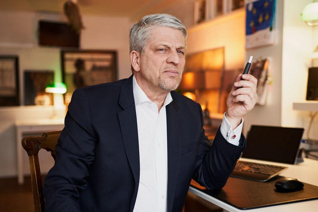 Geschäftsmann mit E-Zigarette